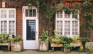 Porta blindata con vetro e grata: Ingresso & Corridoio in stile  di AM PORTE SAS,