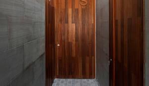 Diseño y construcción de una casa multifamiliar dividida en tres viviendas privadas por AGI Architects: Puertas de madera de estilo  de AGi architects