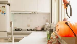 清新溫暖的家:  廚房 by 大觀創境空間設計事務所