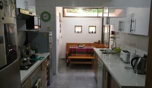 Ampliación cocina con comedor de diario: Cocinas de estilo  por Lares Arquitectura