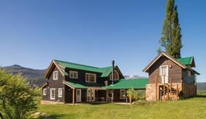 Casa Construida con Troncos de Madera - Patagonia Log Homes: Casas de madera de estilo  por Patagonia Log Homes - Arquitectos - Neuquén
