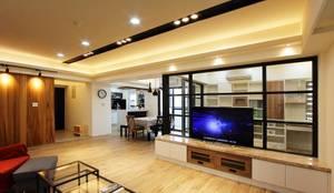 開放式客廳讓人不會感到壓迫:  客廳 by 奕禾軒 空間規劃 /工程設計,