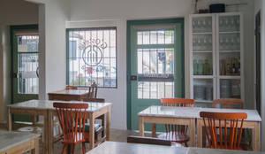 Entrada e Sala de Refeições: Salas de jantar ecléticas por aponto