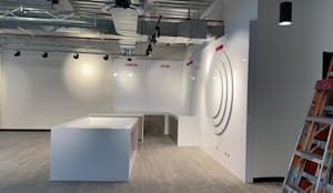Hik Visión: Estudios y oficinas de estilo moderno por Spazzio
