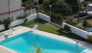 Giardino: Giardino con piscina in stile  di manuarino architettura design comunicazione
