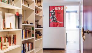 Libreria a muro: Ingresso & Corridoio in stile  di VITAE DESIGN STUDIO