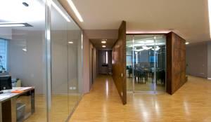 sala riunioni, snodo del progetto: Complessi per uffici in stile  di Daniele Arcomano
