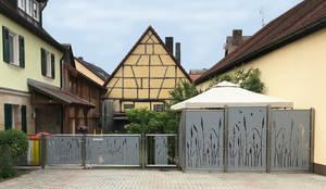 Edelstahl Sichtschutz im Landstil:  Vorgarten von Edelstahl Atelier Crouse - Stainless Steel Atelier