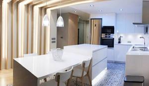 Sistema de iluminación en una casa de Barcelona: Comedores de estilo  de Luxiform Iluminación