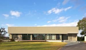 活動を育む器としての建築/木造トラス梁による大空間リビングルームのある3世帯住宅: JWA,Jun Watanabe & Associatesが手掛けた二世帯住宅です。