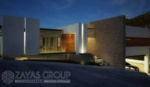 Fachada principal: Casas de campo de estilo  por Zayas Group