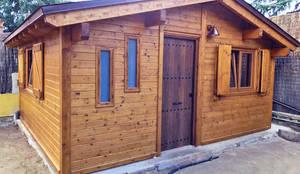 Fachada y entrada de la caseta habitable.: Casas de madera de estilo  de Construcción de casetas de Madera en Madrid