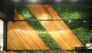 Plantas Preservadas em Restaurante: Paredes  por Vertical Garden - Jardim Vertical e Paisagismo Corporativo