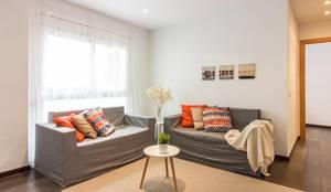 Salón; resultado final: Salones de estilo  de Impuls Home Staging en Barcelona