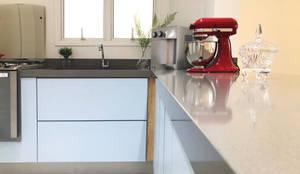 COZINHA SOFISTICADA: Cozinhas pequenas  por DALL' ANESE ARQUITETURA