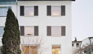 Umbau des Gartengeschoss zum großzügigen Wohnaum:  Reihenhaus von AMUNT Architekten in Stuttgart und Aachen