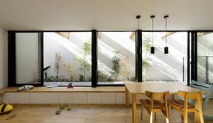 ソト部屋ウチ庭の家: 株式会社Fit建築設計事務所が手掛けたリビングです。