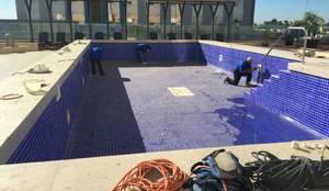 Reparación de alberca en Hotel Fiesta Inn : Albercas de estilo  por POOL FLEX SOLUCIONES PARA EL AGUA S.A. DE C.V