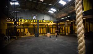 CROSSFIT FRIBURGO: Espaços comerciais  por DV ARQUITETURA