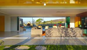 Casa de Campo | Forma e Função | Conforto e Natureza: Salas de estar  por Sônia Beltrão Arquitetura