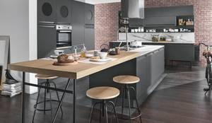 Cucina Isla stile industrial: Cucina attrezzata in stile  di nuovimondi di Flli Unia snc