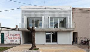 Diseño de 4 Viviendas con Patio en La Plata por por SMF Arquitectos: Casas de estilo  por SMF Arquitectos  /  Juan Martín Flores, Enrique Speroni, Gabriel Martinez