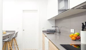 Cocinas pequeñas de estilo  por Estudi Aura, decoradores y diseñadores de interiores en Barcelona