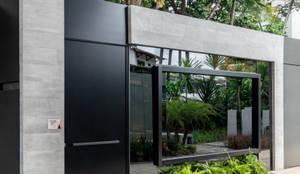Sala da Imagem e Som - CasaCor Pernambuco 2018: Casas familiares  por Sônia Beltrão Arquitetura