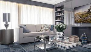Living - lareira: Salas de estar  por Anne Báril Arquitetura