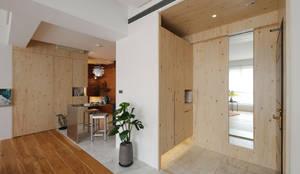 Enjoying solitary:  走廊 & 玄關 by 六相設計 Phase6