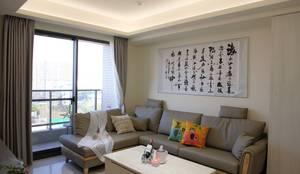 沙發背牆掛著書法畫增添東方人文氣息:  客廳 by 台中室內設計裝修|心之所向設計美學工作室