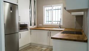 Cocina: Cocinas pequeñas de estilo  de Housing & Colours