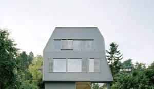 Kleines Haus ganz groß: Holzhaus für eine große Familie:  Holzhaus von AMUNT Architekten in Stuttgart und Aachen