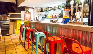Barra con cubierta metálica y banquillos tolix: Bares y Clubs de estilo  de Housing & Colours