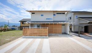 本物志向の和の佇まい: 空間工房株式会社が手掛けた一戸建て住宅です。