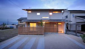 本物志向の和の佇まい: 空間工房株式会社が手掛けた一戸建て住宅です。,