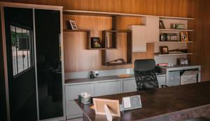 Armário portas de vidro : Espaços comerciais  por CAZA & AP