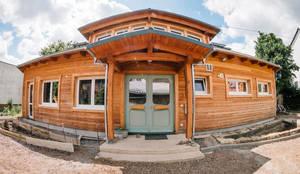 """Kindergarten """"Silberquell"""" - ökologisch gebautes Kinderparadies mit Lärchefassade:  Holzhaus von S2 GmbH"""