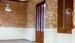 Reforma interior con estilo industrial: Salones de estilo  de Xmas Arquitectura e Interiorismo para reformas y nueva construcción en Barcelona