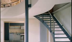 Recupero di un'ala di un palazzetto storico a L'Aquila, vista dal basso del soggiorno verso il soppalco;: Soggiorno in stile  di Scaglione Workshop architettura e design
