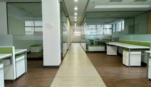 Oficinas Schwabe: Estudios y oficinas de estilo  por BODIN BODIN ARQUITECTOS