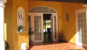 casa las fuentes: Puertas de estilo  por coprefa, Rústico