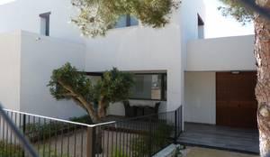 Vista exterior del acceso de la vivienda: Casas unifamilares de estilo  de Estudio1403, COOP.V.