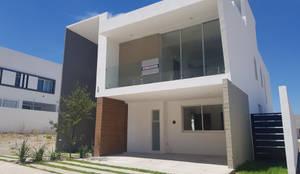 Fachada Frontal Día: Casas de estilo  por AFG Construcción y Diseño