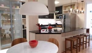 Sala de Jantar integrada com a cozinha: Cozinhas pequenas  por Maria Helena Torres Arquitetura e Design