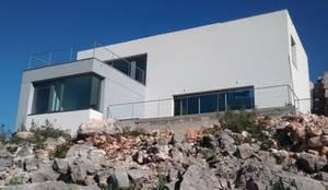 Fachada principal y volumetría: Casas unifamilares de estilo  de Estudio1403, COOP.V. Arquitectos en Valencia, Moderno