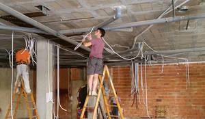 Instalación eléctrica.: Bares y Clubs de estilo  de Obrisa Reformas y rehabilitaciones.