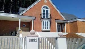 ACCESO PRINCIPAL: Casas unifamiliares de estilo  por Brassea Mancilla Arquitectos