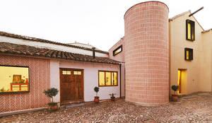 Reforma integral de antiguo pajar a vivienda.: Casas rurales de estilo  de OOIIO Arquitectura en Madrid