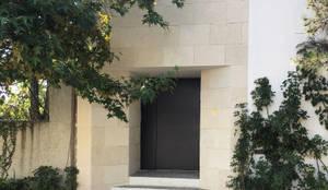 CASA BREZOS . – Bosque de las Lomas: Casas multifamiliares de estilo  por Vertical   Arquitectura